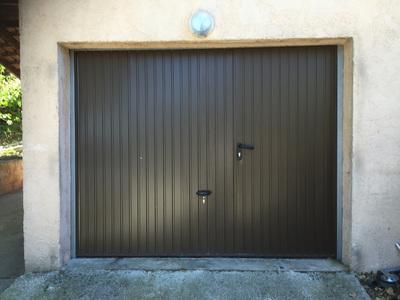 Porte de garage basculante avec portillon intégré