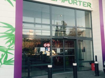 Mur de verre avec porte automatique          - Restaurant le Buffet Zen